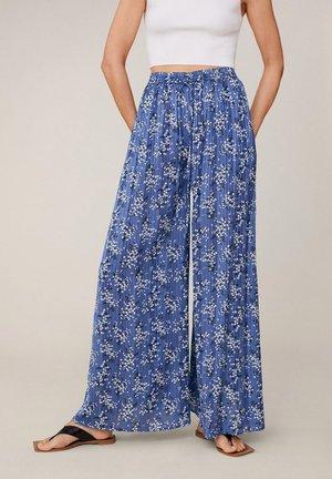 MIT BLUMENMUSTER - Spodnie materiałowe - blau