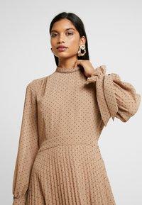 IVY & OAK - PLEATED DRESS - Kjole - brown - 4