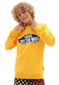 Vans - BY OTW CREW BOYS - Sweatshirt - saffron - 0