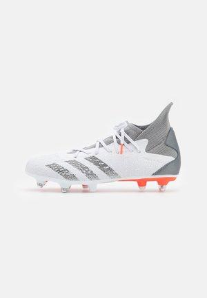 PREDATOR FREAK .3 SG - Voetbalschoenen met metalen noppen - footwear white/iron metallic/solar red