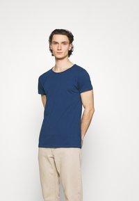 Tigha - WREN - Basic T-shirt - deep blue water - 0