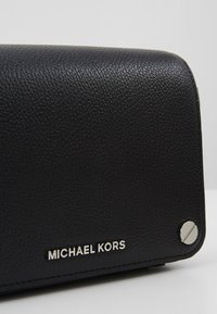 MICHAEL Michael Kors - JET SET FULL FLAP XBODY MERCER PEBBLE SHINY - Umhängetasche - black - 6