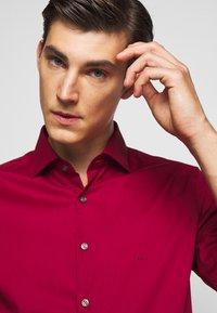 Michael Kors - POPLIN SLIM - Shirt - rumba red - 4