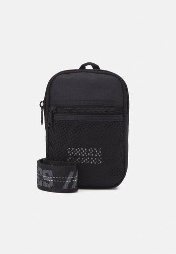 SMALL CROSSBODY BAG UNISEX - Taška spříčným popruhem - black