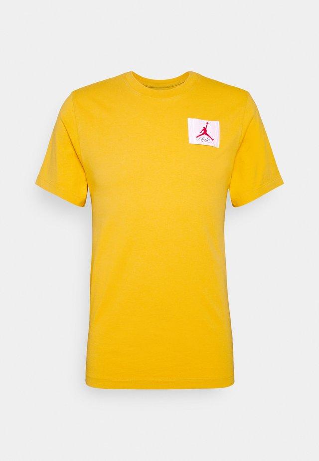 FLIGHT ESSENTIALS CREW - Camiseta estampada - dark sulfur