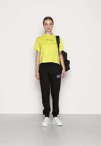 Tommy Jeans - LINEAR LOGO TEE - Basic T-shirt - neo lime - 1