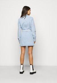 Missguided Petite - UTILITY POCKET BELTED DRESS - Denim dress - light blue - 2