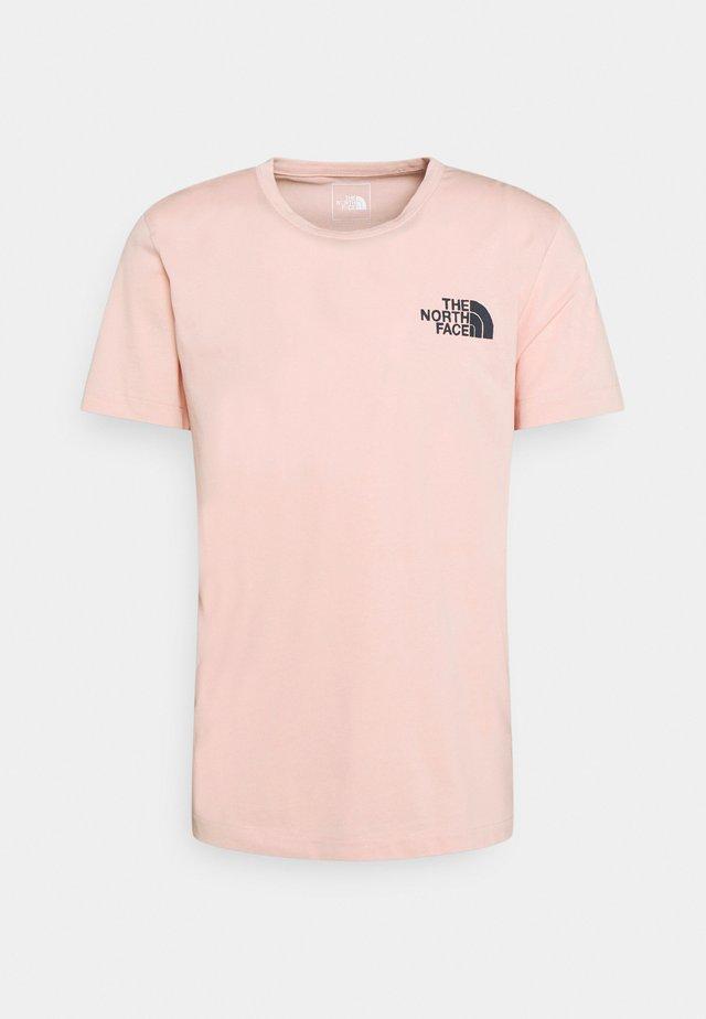 HIMALAYAN BOTTLE SOURCE TEE - T-shirt imprimé - evening sand pink