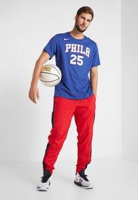 Nike Performance - NBA PHILADELPHIA 76ERS BEN SIMMONS NAME NUMBER TEE - Print T-shirt - rush blue - 1