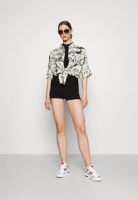 Gina Tricot - KLARA HOTPANTS - Shorts - black - 1