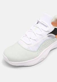 Jordan - AIR JORDAN 11 CMFT - Sneakers basse - barely green/white/black/atomic orange - 4