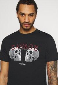 CLOSURE London - SAVAGE DEATH TEE - Print T-shirt - black - 3
