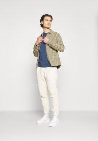 Redefined Rebel - JAZZ PANTS - Spodnie materiałowe - pristine - 1