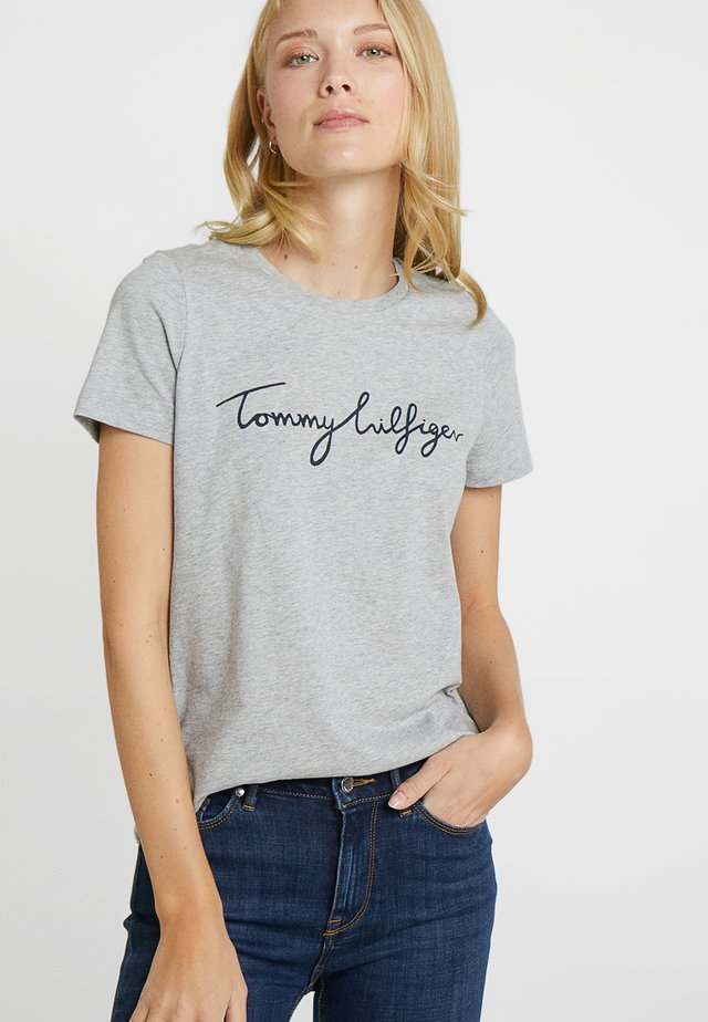 HERITAGE CREW NECK GRAPHIC TEE - T-shirt con stampa - light grey heather
