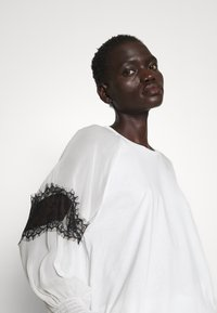 TWINSET - BLUSA CON PIZZI - T-shirt con stampa - bianco ottico/nero - 3