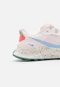 Nike Performance - PEGASUS TRAIL 3 - Obuwie do biegania Szlak - light soft pink/aluminum/magic ember/bicoastal-oil green/phantom - 5