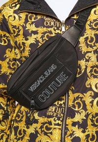 Versace Jeans Couture - UNISEX - Riñonera - black - 2