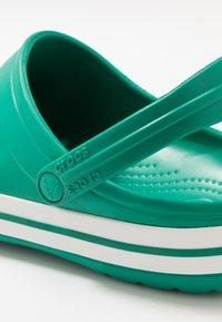 Crocs - CROCBAND UNISEX - Zuecos - deep green/white - 5