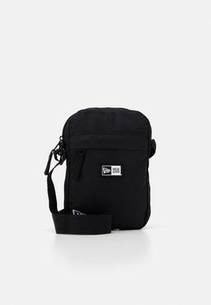 SIDE BAG - Taška spříčným popruhem - black