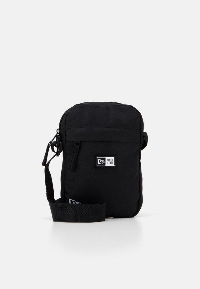 SIDE BAG - Torba na ramię - black
