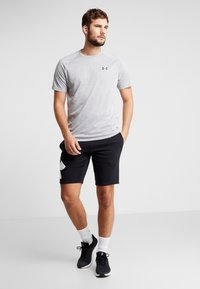 Under Armour - HEATGEAR TECH  - T-shirt med print - steel light heather/black
