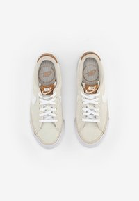 Nike Sportswear - NIKE COURT LEGACY - Trainers - pale ivory/white-multi-color-gum light brown - 3
