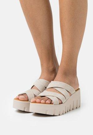 Pantofle na podpatku - taupe