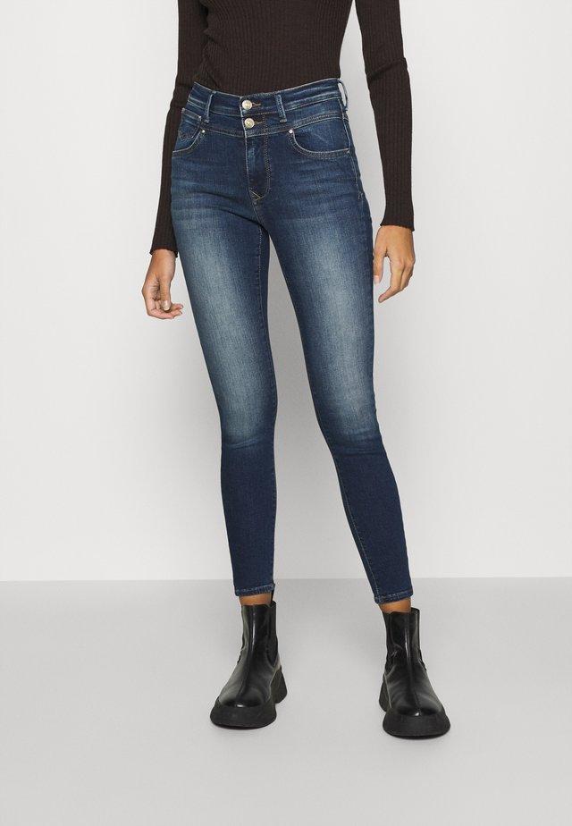 ONLCHRISSY  - Jeans Skinny Fit - medium-blue denim