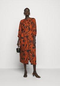Mother of Pearl - RAGLAN SLEEVE DRESS WITH GATHERED NECK & CUFFS - Denní šaty - botanical rust - 1