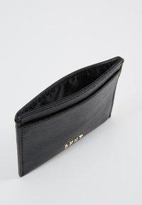 DKNY - PERLA ENVELOPE FLAP - Peněženka - black/gold-coloured - 5