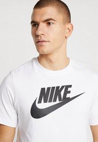 Nike Sportswear - TEE ICON FUTURA - T-Shirt print - white/black - 4
