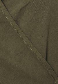 Vero Moda Curve - VMHENNA 3/4 WRAP SHORT DRESS - Denimové šaty - ivy green - 6