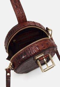 Steve Madden - CROSSBODY BAG - Handbag - cognac - 2