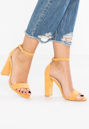 Korolliset sandaalit - yellow