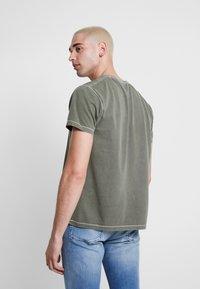 Pepe Jeans - BILLY - Triko spotiskem - army - 2