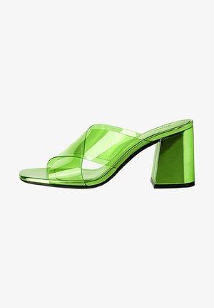 MIT VINYL-ABSATZ - Heeled mules - green
