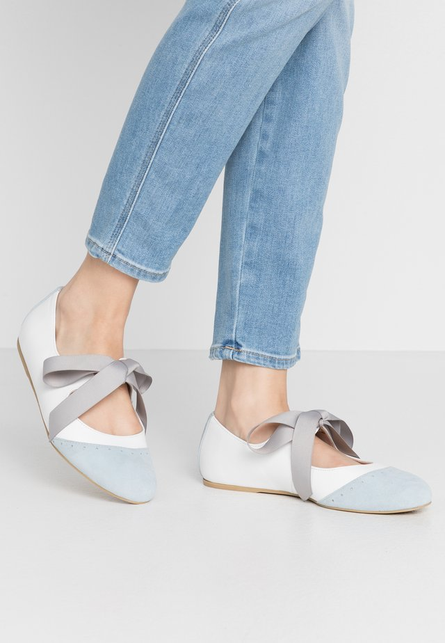 UNDER YOUR SPELL - Ankle strap ballet pumps - white/blue