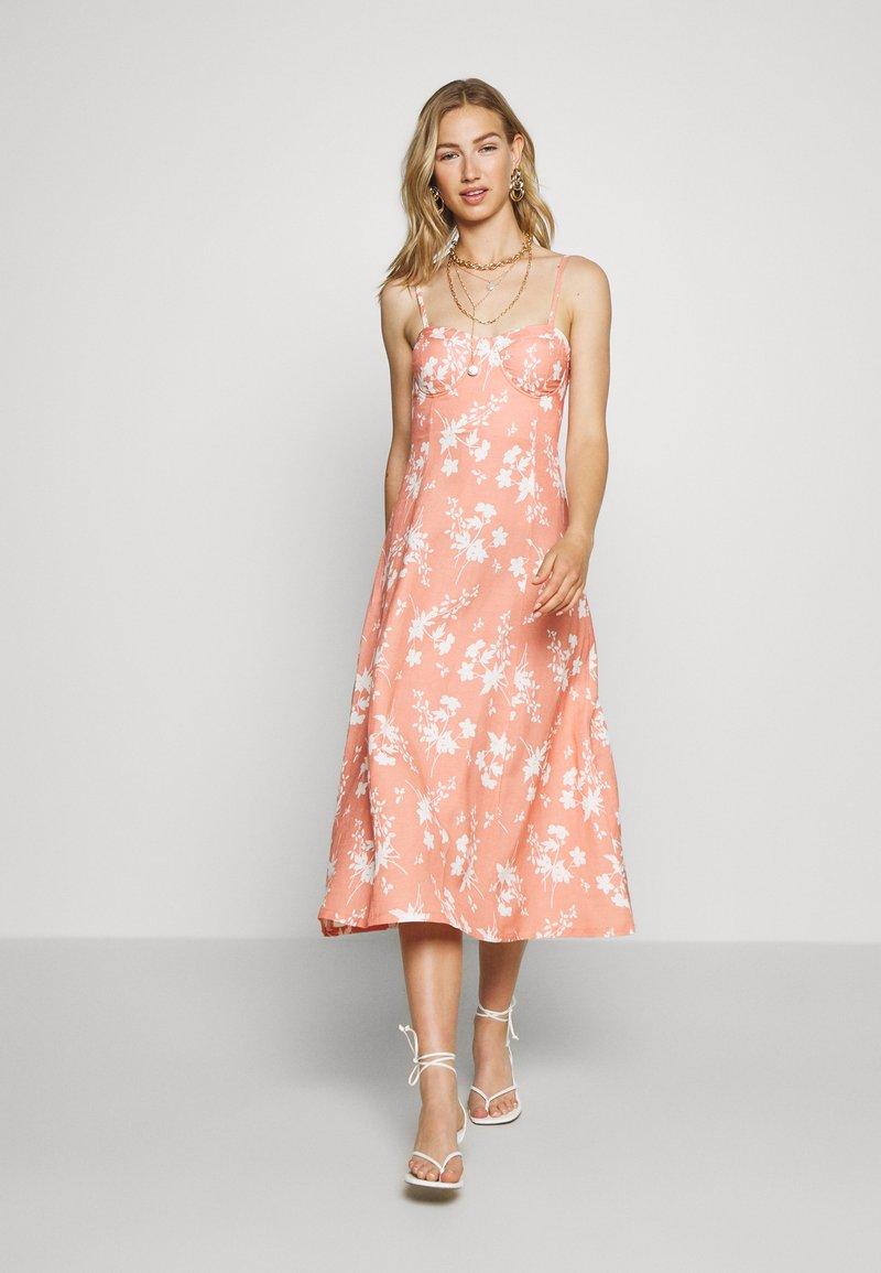 EDITED - YUMIKO DRESS - Denní šaty - orange/weiß