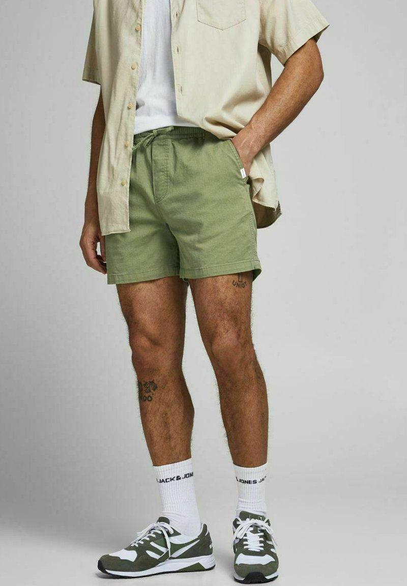 Jack & Jones - JJIJEFF JJJOGGER - Shorts - deep lichen green