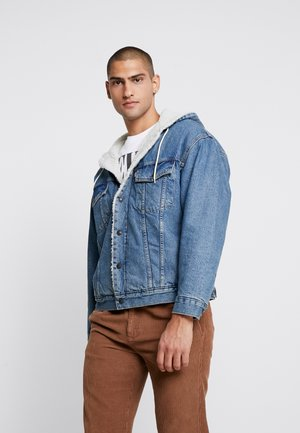 HOODED SHERPA TRUCKER - Välikausitakki - blue denim