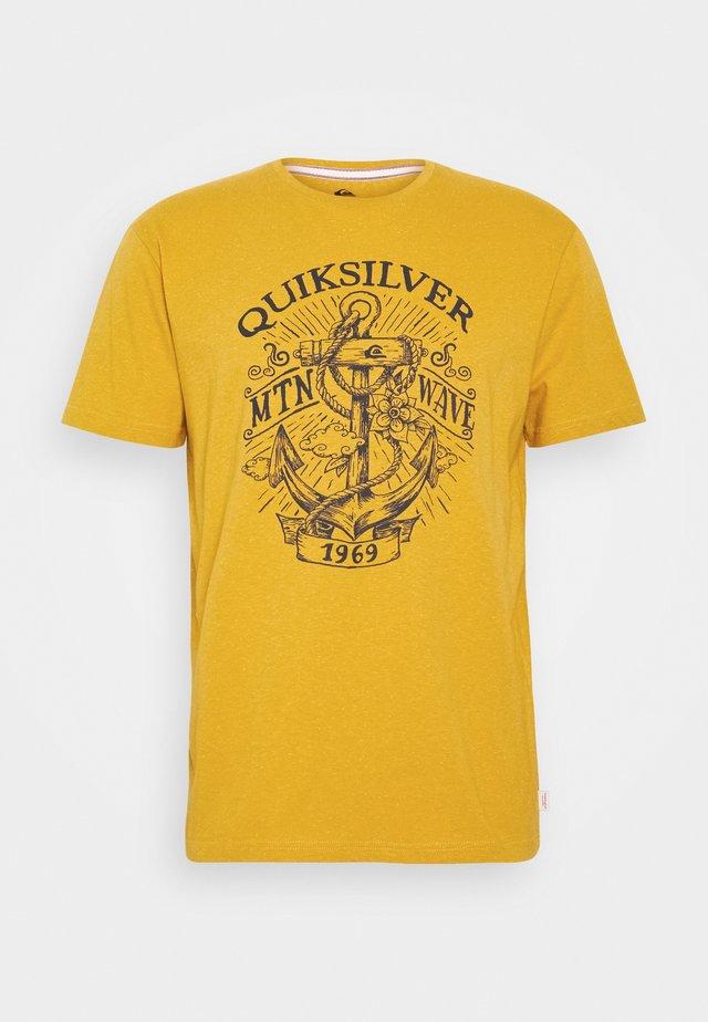 QUIET DARKNESS  - T-shirt z nadrukiem - honey