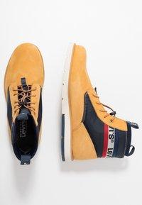 Levi's® - JAX LITE SPORTSWEAR - Botines con cordones - regular yellow - 1