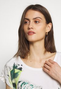 Betty & Co - MASSTAB - T-shirt z nadrukiem - cream/mint - 4