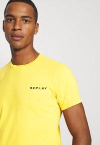 Replay - TEE - Basic T-shirt - yellow - 4