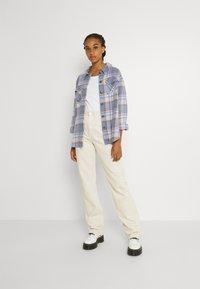 Vero Moda - VMSHAY SHIRT - Skjorte - pristine/allure - 1