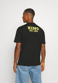 Chi Modu - BIG KING - Print T-shirt - black - 2