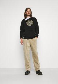Glorious Gangsta - ZAIAR HOOD - Sweatshirt - jet black/gold - 1