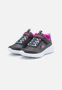 Skechers Performance - GO RUN 600 SPARKLE RUNNER  - Neutrální běžecké boty - black/hot pink/mint - 1
