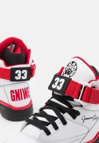 Ewing - 33 X SO SO DEF - Zapatillas altas - white/black/red - 5
