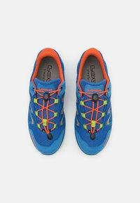 Lowa - MADDOX GTX LO JUNIOR UNISEX - Hiking shoes - royal/limone - 3